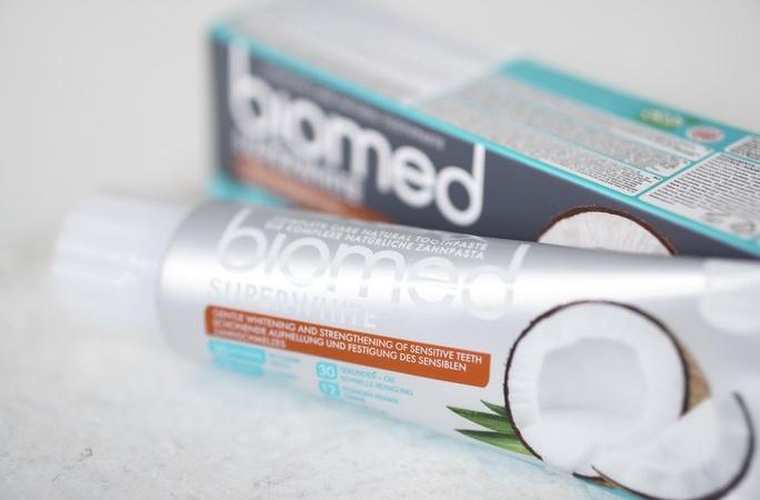Zubní pasta od Biomed s kokosovým olejem.