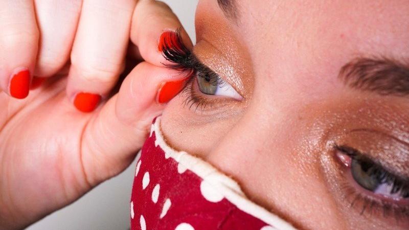 Při nošení roušky poutají oči víc pozornosti, proto jsou magnetické řasy skvělým pomocníkem.