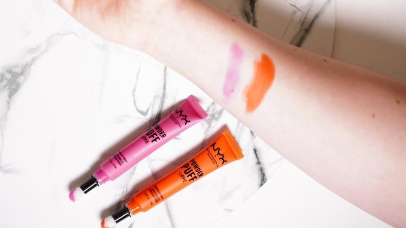 Pigmentaci má rtěnka celkem obstojnou. Vybírat můžete ze 14 odstínů.