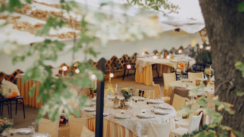 Svatební hostina v hotelu.