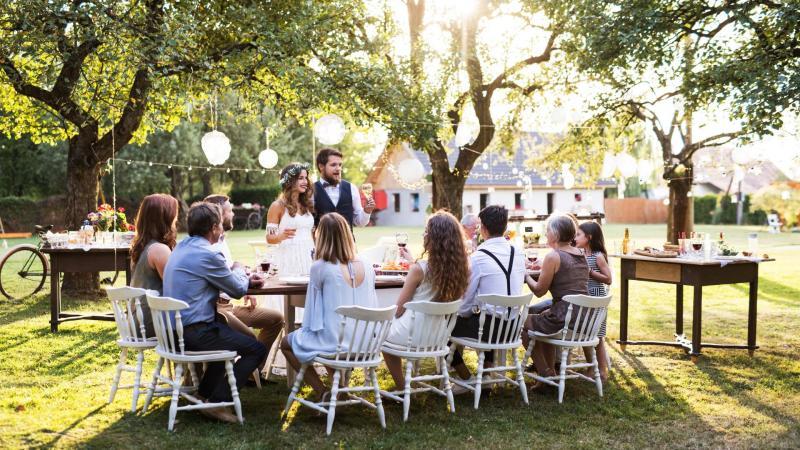 Svatební hostina na domácí zahradě.