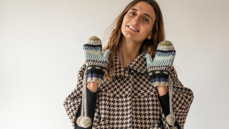 Žena v teplém kabátu a palcových rukavicích
